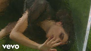 Смотреть клип Gia Woods - Jump The Fence