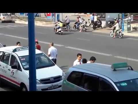 Hai tài xế taxi Vinasun cầm cây sắt đánh nhau