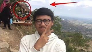 Pria ini Asik selfie, ternyata ada yang janggal dibelakangnya