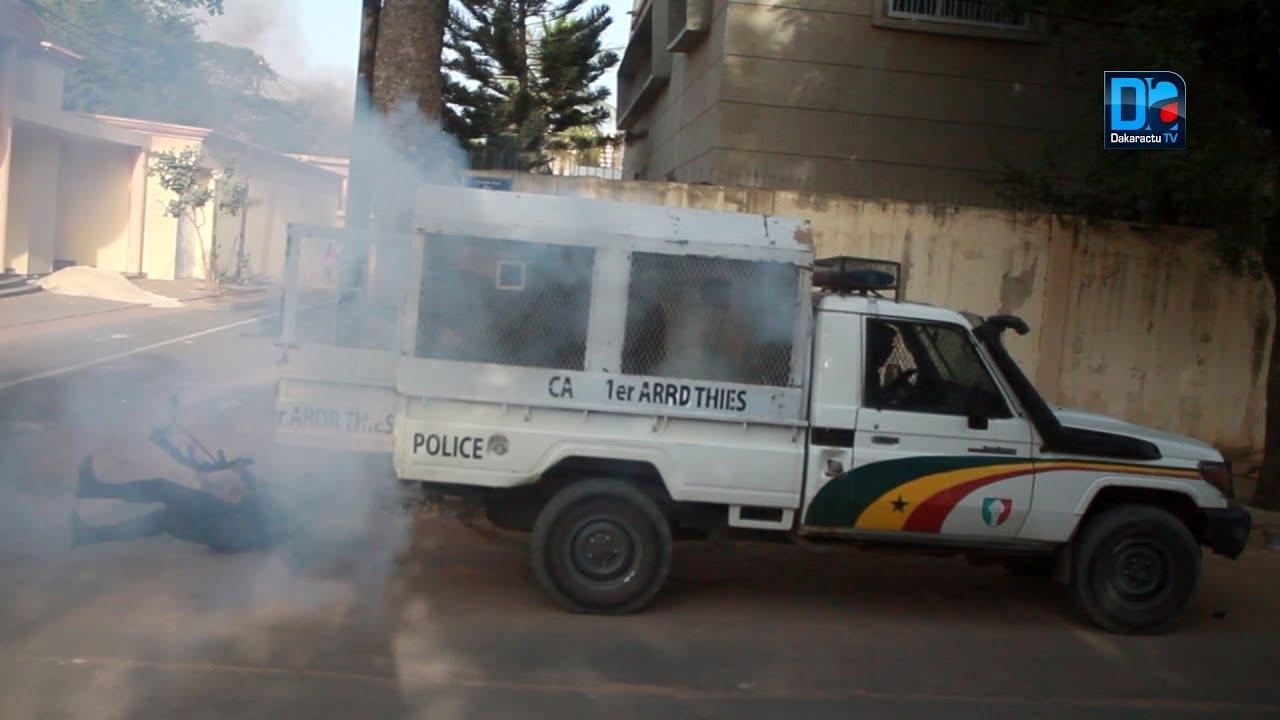Une grenade lacrymogène tirée dans le Pickup des forces de l'ordre