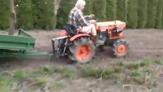 Traktorek Kubota 7001 z przyczepką. Mały promień skrętu. www.akant-ogrody.pl