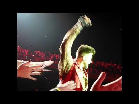 Queen + Adam Lambert - Adam in the crowd Radio Ga Ga, Budapest 4.11.17