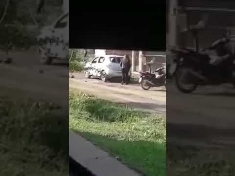 b8938f3a3a2eb9 Una mujer destrozó el auto de su ex pareja con un palo delante de todos los  vecinos