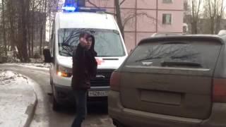 Очередной ХАМ в Санкт-Петербурге,перекрыл дорогу машине скорой помощи.