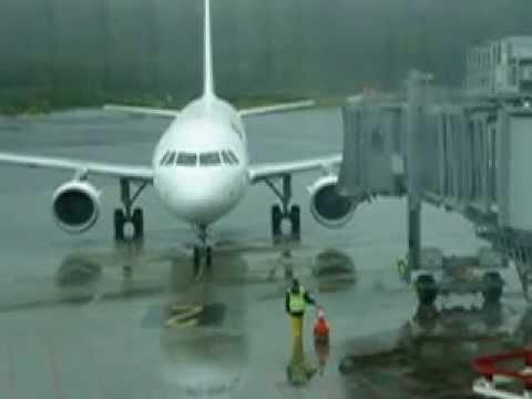 """Espagne - Spain  -  Santiago (aéroport - airport) - """"taxi follow me"""" - 04 avril 2014 12h11"""