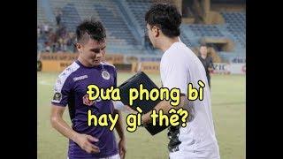 Quang Hải nhận vật lạ 💌 từ trợ lý đẹp trai của HLV Park Hang Seo sau trận Hà Nội vs Thanh Hoá
