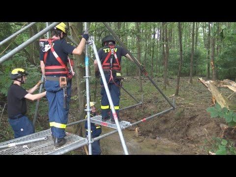 THW Bonn baut provisorische Brücke aus EGS in Wachtberg-Villip am 12.06.16 + O-Töne