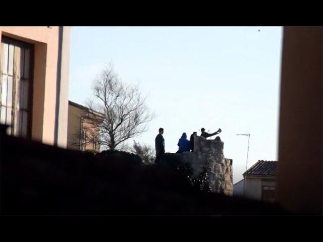 Jóvenes lanzan piedras desde la muralla de Zamora