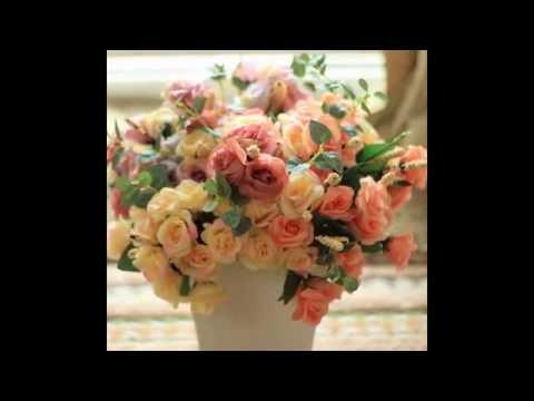 N Rangkaian Bunga Di Meja Makan Yang Indah