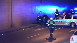 MOTORKÁŘ PŘI HONIČCE V PRAZE NABOURAL V PLNÉ RYCHLOSTI DO POLICEJNÍHO VOZU