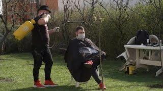 Coronavirus: Kosovo barber keeps hair trimmed during confinement | AFP