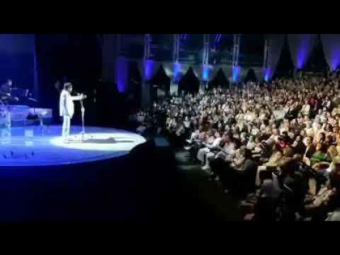 Sergio Moro é ovacionado por público durante show de Roberto Carlos
