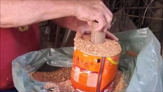 cozinhando com pó de serra em uma pequena lata