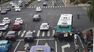 Heartwarming: Passersby help police officers push bus in Suzhou, China