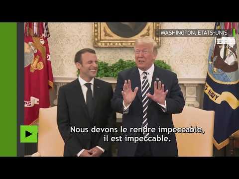 Donald Trump époussette les pellicules d'Emmanuel Macron, devant les caméras
