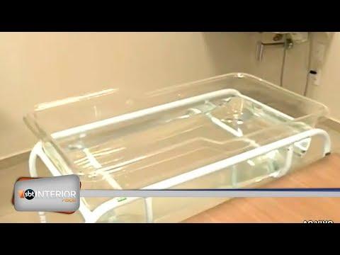 Bebê sofre queimaduras graves durante o banho