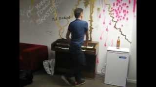 Joakim Hjejle backstage på orgel. Med dans.