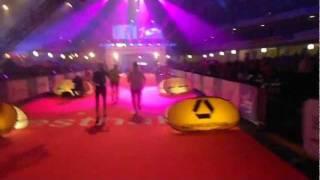 Zieleinlauf in die Festhalle beim 30. BMW Frankfurt Marathon aus Sicht des Marathonläufers