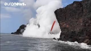 Лава извергающегося гавайского вулкана Килауэа дос...