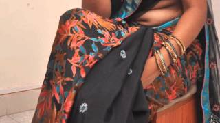 Repeat youtube video Hot Mallu Aunty Navel Show in Saree