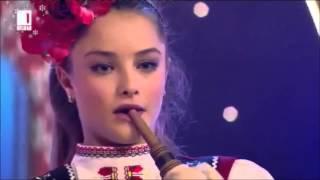 Красива българка свири на гайда