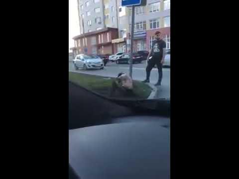 В Ростове девушка с признаками опьянения танцует у дорожного знака