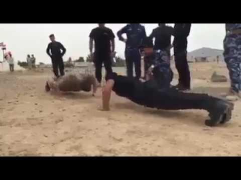 بالفيديو.. جندي عراقي يتغلب على مدربه الروسي بهذا التمرين