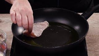 Parmesanhühnchen kommt mit Tomatensoße der anderen Art aus der Pfanne.