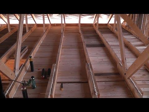 видео: Черновой потолок в деревянном доме