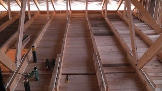 видео Черновой потолок по деревянным балкам