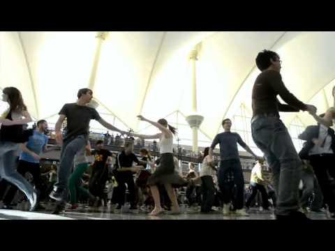 Красивый танцевальный флэшмоб в аэропорту Денвера, США.