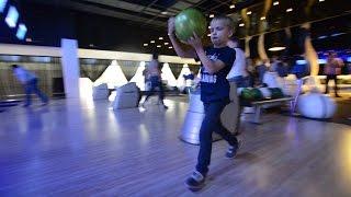 СУПЕР Vlog играем в Боулинг Дима выбивает страйк bowling Dima knocks strike
