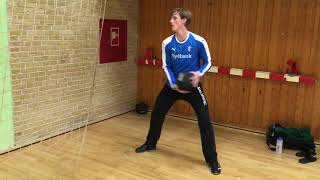 Styrketræning for målvogtere - Øvelse 7 (Stående rotation med bold op ad væggen)