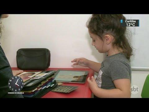Crianças autistas podem demorar mais para se comunicar através da fala | SBT Notícias (01/11/17)