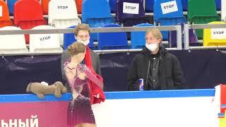 Дмитрий Михайлов аккуратно складывает кофту Александры Трусовой Виктория Шульская с Евг Плющенко