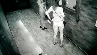 девушка в клубе показала жопу попу