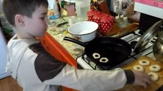 Маленький повар: сладкие и пышные пончики)))