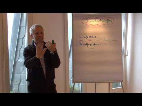 Jürgen erklärt an Flipchart