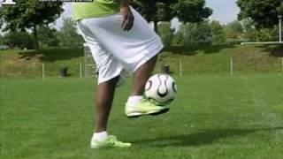 Hier gibt's noch mehr tricks http://www./user/fussballfreestyle1 lerne und perfektioniere innerhalb von wenigen minuten deinen style...