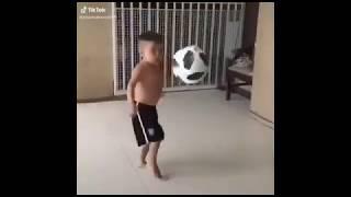مهارات اصغر لاعب كرة قدم على مهرجان راكب قالب اشرب جوب حشيش