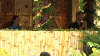 """شاهد: ضحكات الأمير هاري وزوجته أثناء """"أغنية الناموس"""" في تونغا…"""