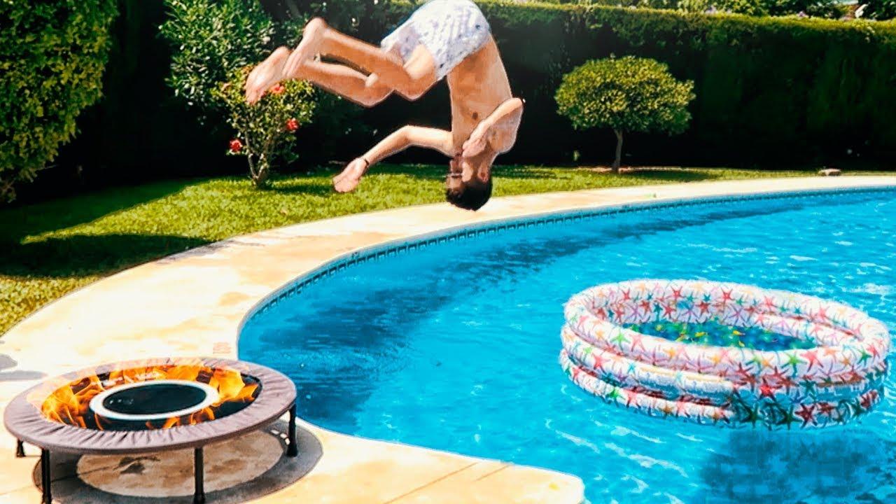 Cama elastica de fuego vs piscina con 500 globos de agua dentro de una piscina shooter - Agua de la piscina turbia ...