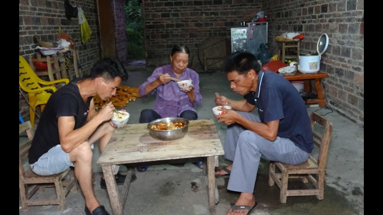 小莫进城卖鱼回家,花2小时煮一大锅豆腐河鱼,奶奶三叔很爱吃