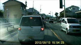 目の前で信号無視するバスを追わないパトカー thumbnail
