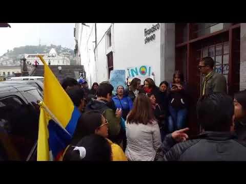Recibimiento en Quito a Rafael Correa  a las afueras de la radio.F.S.EC