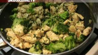 Sałatka makaronowa z kurczakiem opiekanym w cebulce, brokułem i papryką :: Skutecznie.Tv