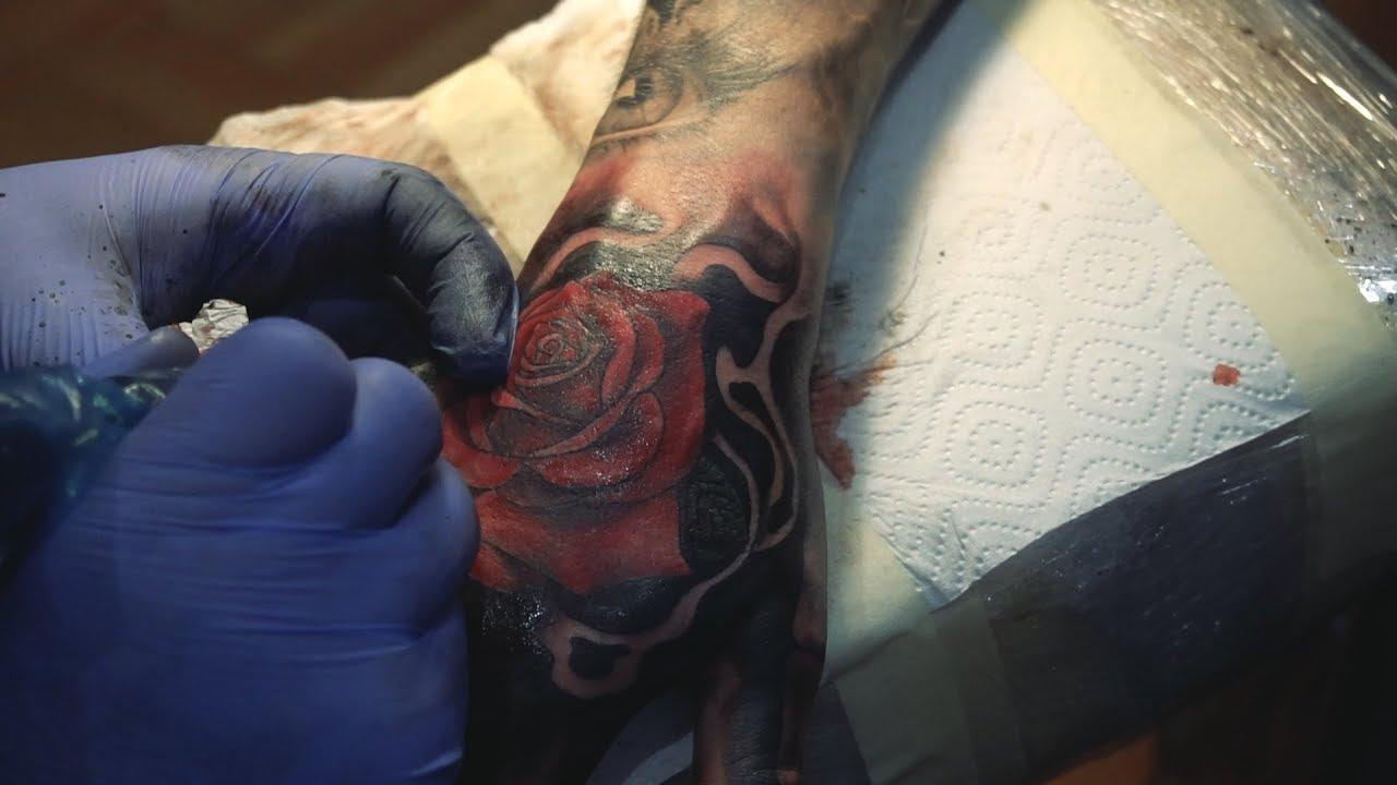 тату на кисти руки роза и кости