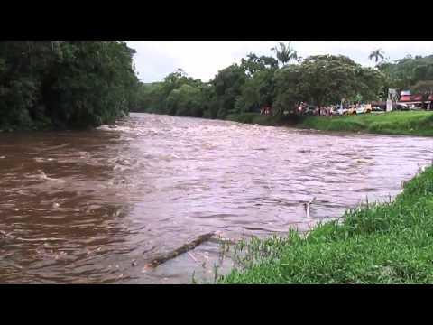 O Perigo De Estar Na Beira De Rio Em época De Chuva.