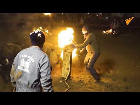 Le corna di toro sono in fiamme, la crudele festa spagnola del Toro Jubilo