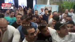 جمهور سيتى ستارز يحملون محمد رجب على أكتافهم ويلتقطون سيلفى